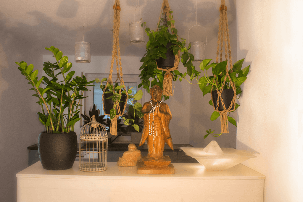 Theke mit Bhudda und Pflanzen