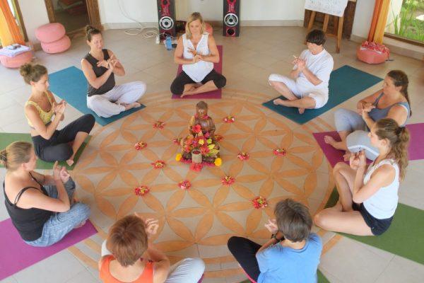 Yogasession im Pavillion